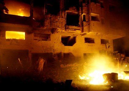 Autobombe: Flammen schlagen aus den Fenstern des Hotels Mount Lebanon