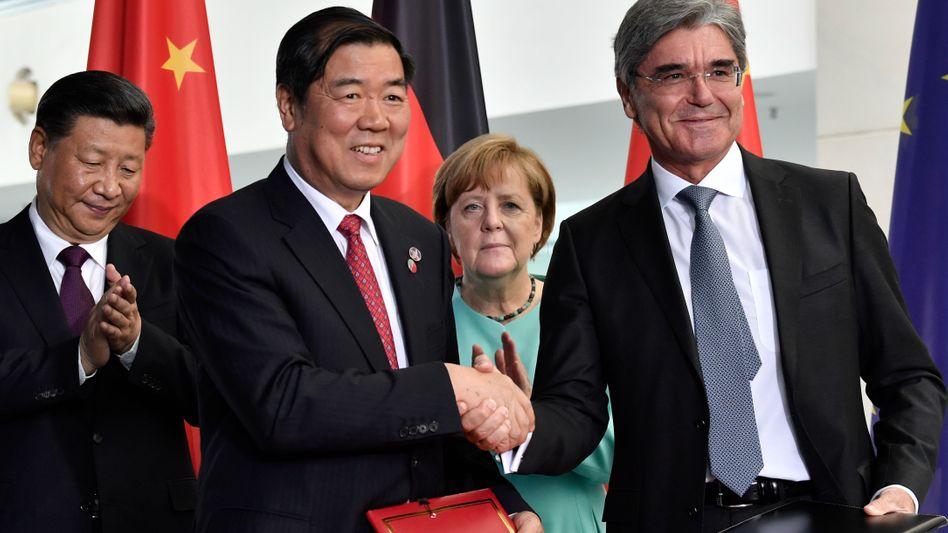 Chinas Präsident Xi, Kanzlerin Merkel bei der Unterzeichnung eines Großauftrags für Siemens