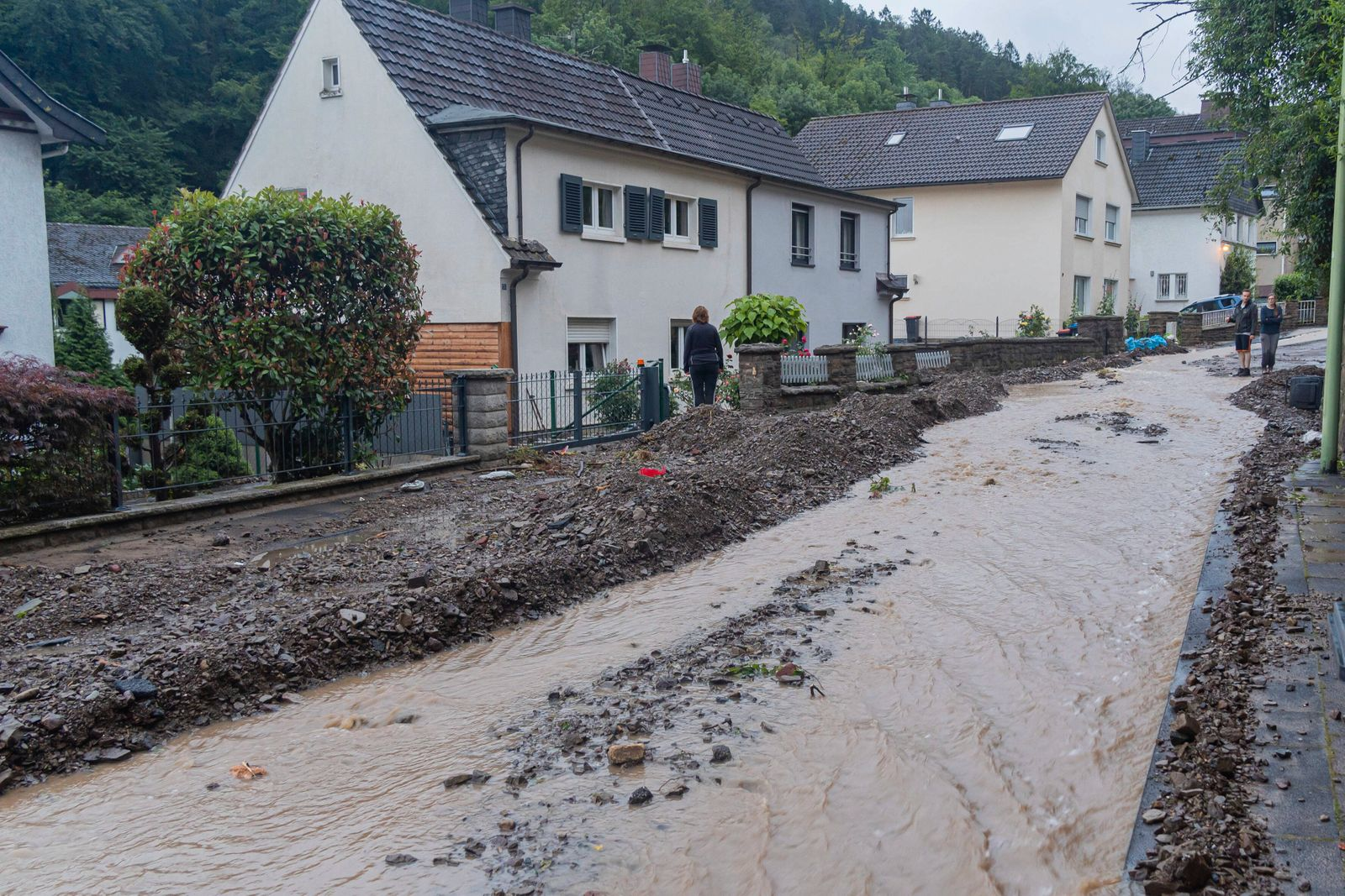 14.07.2021, Hagen, Deutschland, - Straßenschäden und beschädigte Autos in Hagen-Hohenlimburg. *** 14 07 2021, Hagen, Ger