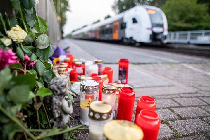 Die grausige Tat von Voerde hatte bundesweit für Entsetzen gesorgt. Auf dem Bahnsteig wurden Blumen niedergelegt und Kerzen aufgestellt - als Zeichen der Trauer