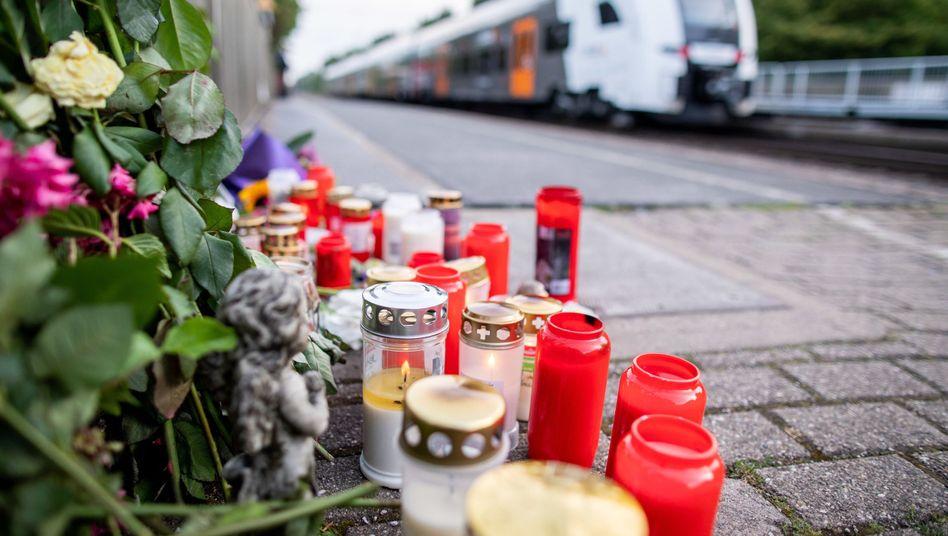 Blumen und Kerzen erinnern an die 34-Jährige, die am Bahnhof Voerde vor einen Zug gestoßen wurde