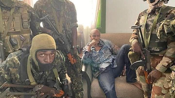 Der Präsident von Guinea, Alpha Condé (M.), mit Militärs: Wo das Foto entstanden ist und wo sich Condé jetzt aufhält ist unklar