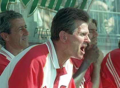 Nach seinem Rauswurf bei Real Madrid pausierte Heynckes ein Jahr lang und wechselte dann zu Benfica Lissabon. Auch bei den Portugiesen war nach einer Saison Feierabend.