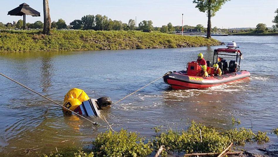 Rettungseinsatz bei Bonn: Auto versinkt im Rhein