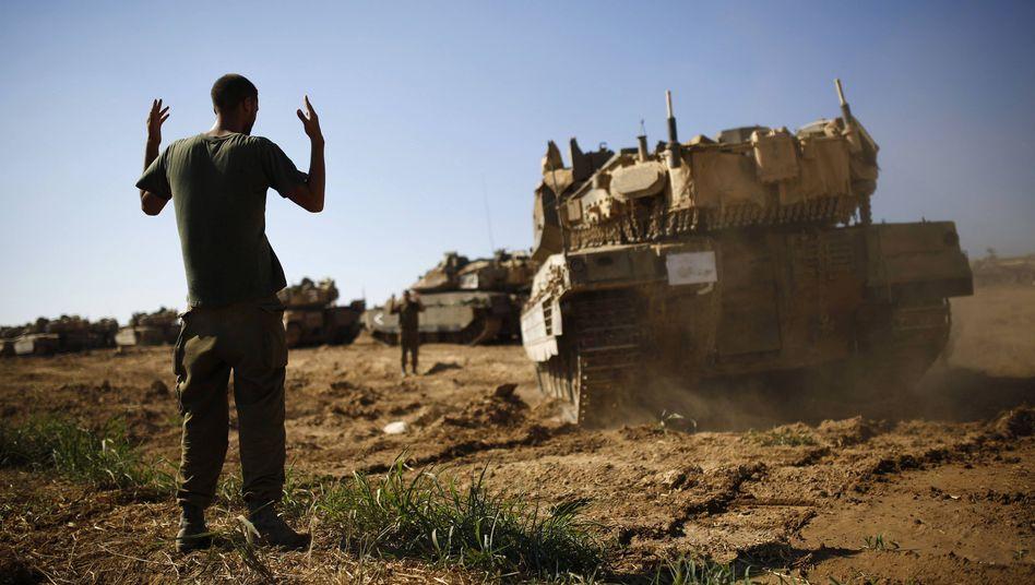 Israelischer Soldat vor Panzern (Archivbild): Kräfte zusammengezogen