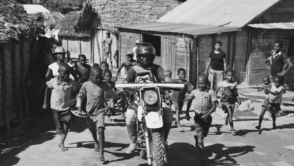 Kampf gegen Elephantiasis: Die Motorrad-Ritter von Madagaskar