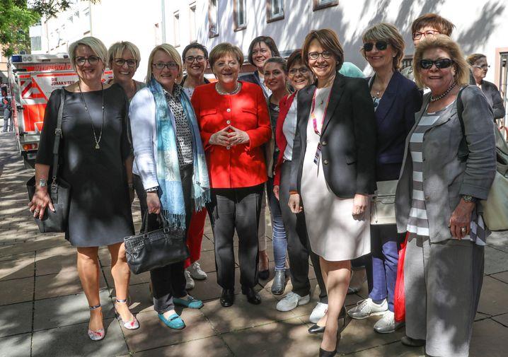 Merkel (Mitte) mit Frauen-Unions-Vorsitzender Widmann-Mauz (vierte von rechts)