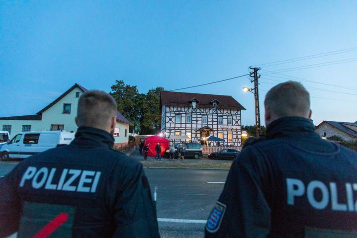 Anhänger der rechten Szene treffen sich zu einem Neonazi-Konzert im Ort Kloster Veßra