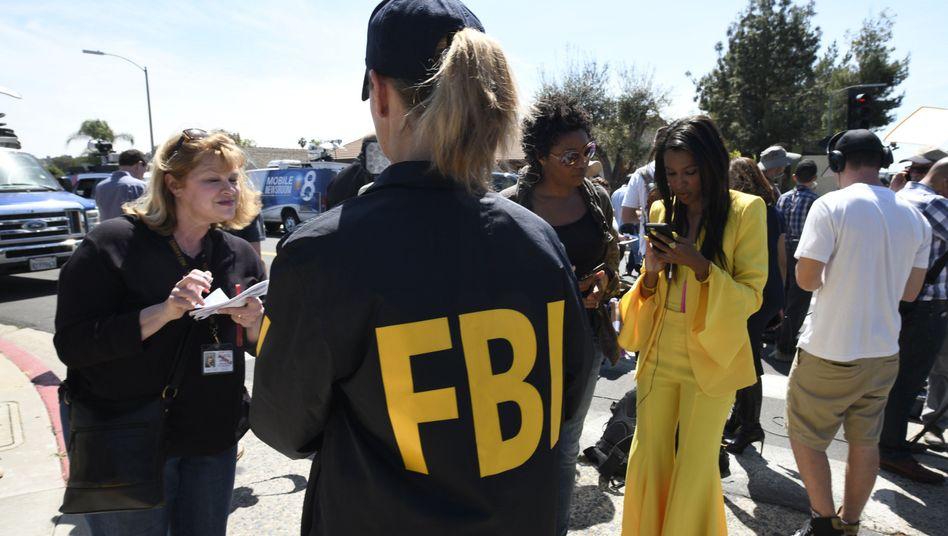 Eine FBI-Agentin gibt nach Schüssen auf eine kalifornische Synagoge am vergangenen Samstag ein Interview.
