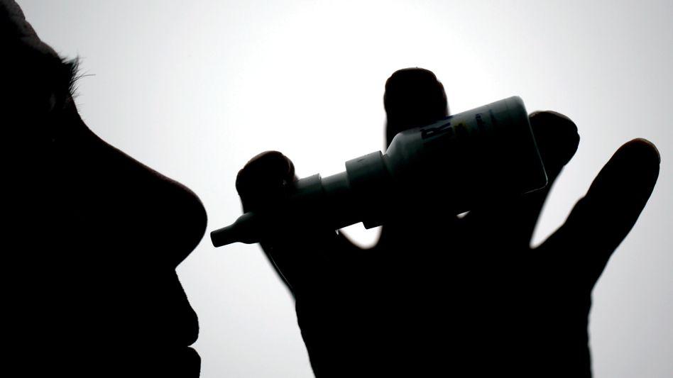 Anwendung von Nasenspray: Der im Spray enthaltenen Wirkstoff Xylometazolin kann süchtig machen