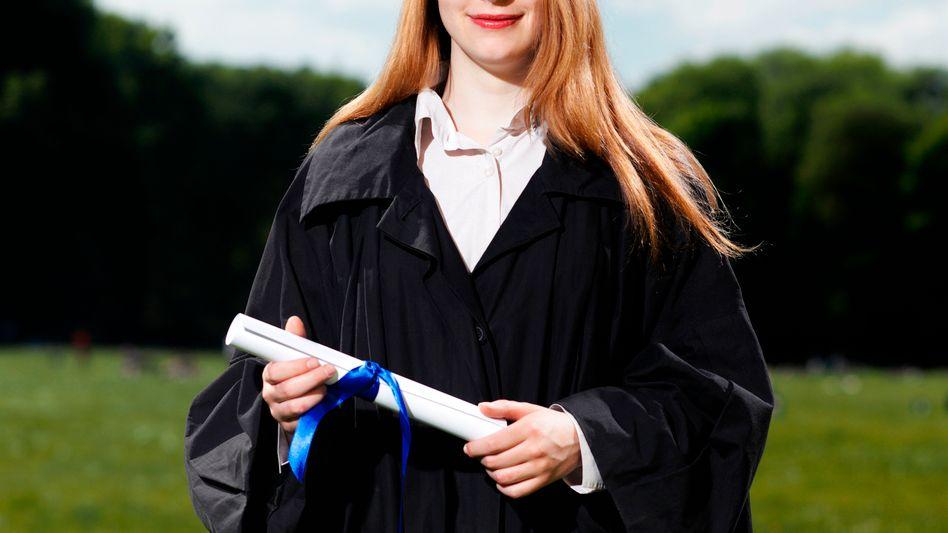 Glückliche Absolventin: Der Doktortitel als akademischer Führerschein?