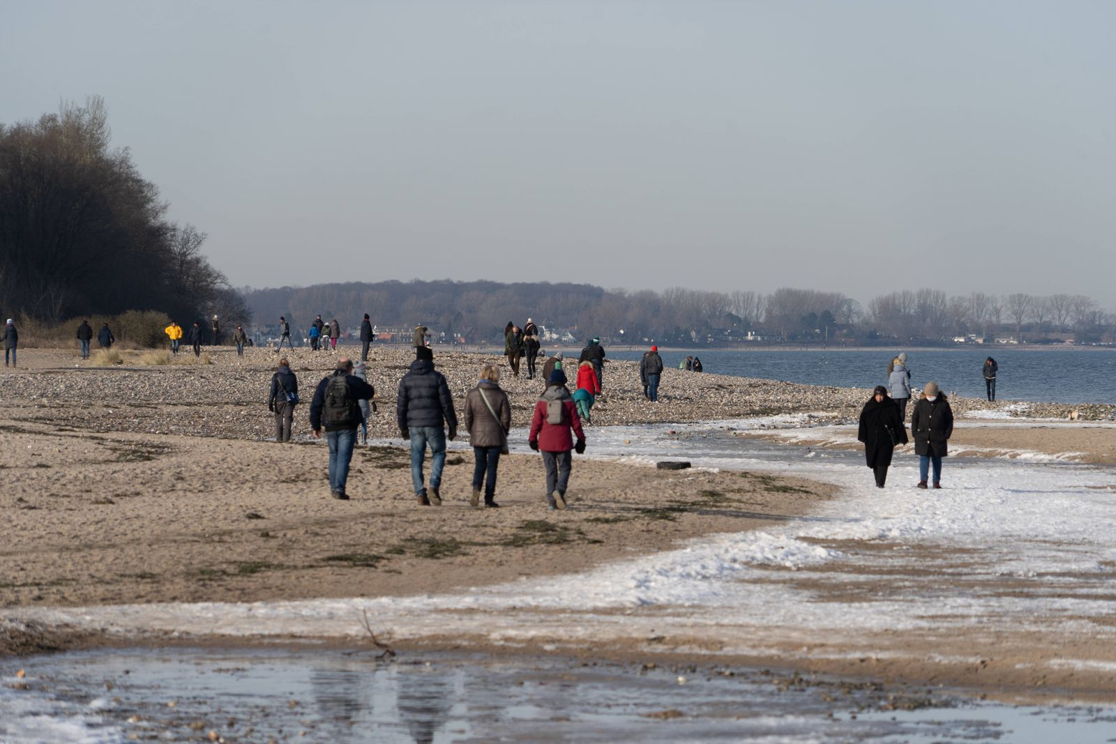 Wintertag am Falkensteiner Strand an der Kieler Förde gegenüber von Laboe im Corona-Lockdown -;Wintertag am Falkensteine