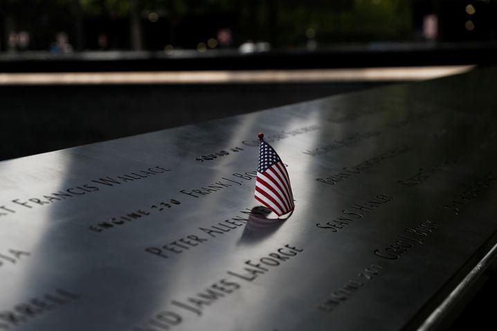 19 Jahre Trauer: US-Sternenbanner an der 9/11-Gedenkstätte in New York