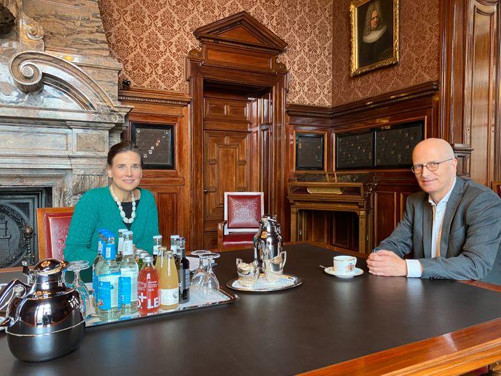 SPIEGEL-Autorin Susanne Beyer mit Peter Tschentscher