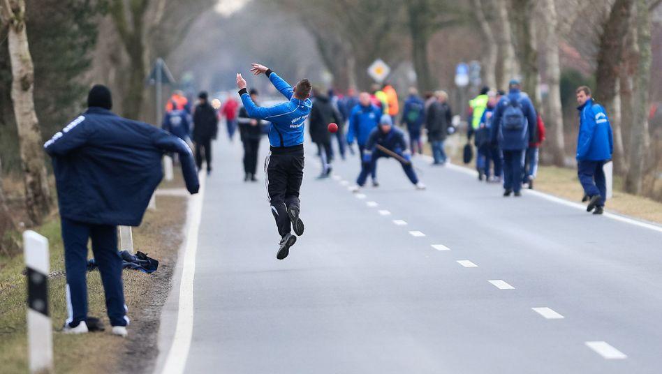 """Die Boßel-Mannschaft """"Hier up an Westeraccum"""" bei einem Ligaspiel"""