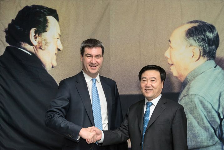 Markus Söder mit Strauß-Bild (in China)