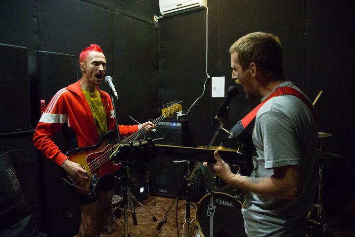 Anton bei einer Probe mit seinen Bandkollegen, sie spielen Hardcore Punk