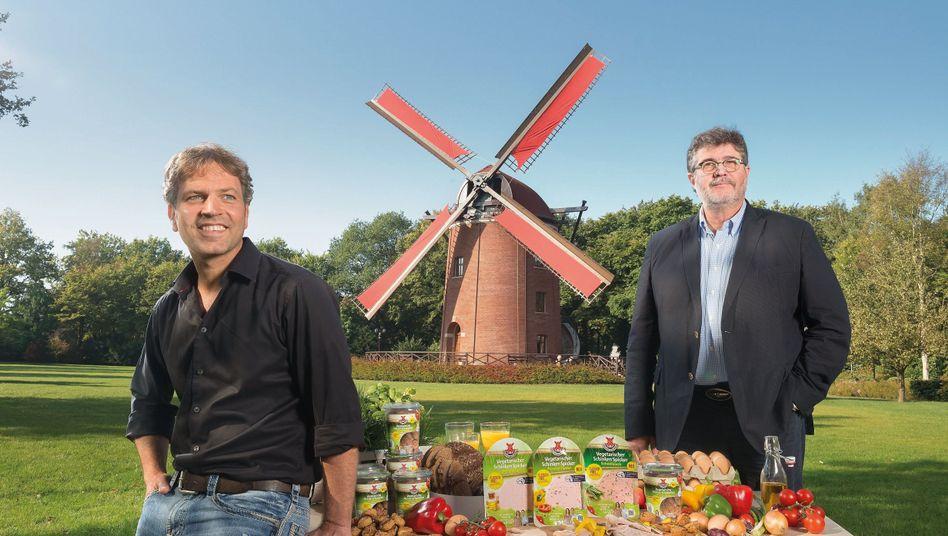 Godo Röben (l.) und Rügenwalder-Chef Christian Rauffus: Zigarette der Zukunft