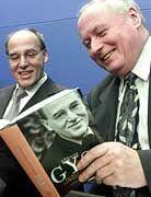 """Wollen diese beiden """"Polit-Aussteiger"""" eine neue linke Partei? Ex-PDS-Vordenker Gregor Gysi und Ex-SPD-Chef Oskar Lafontaine am 15. März 2001"""