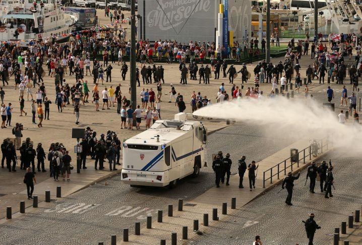 Die Polizei trennt Fans mit einem Wasserwerfer