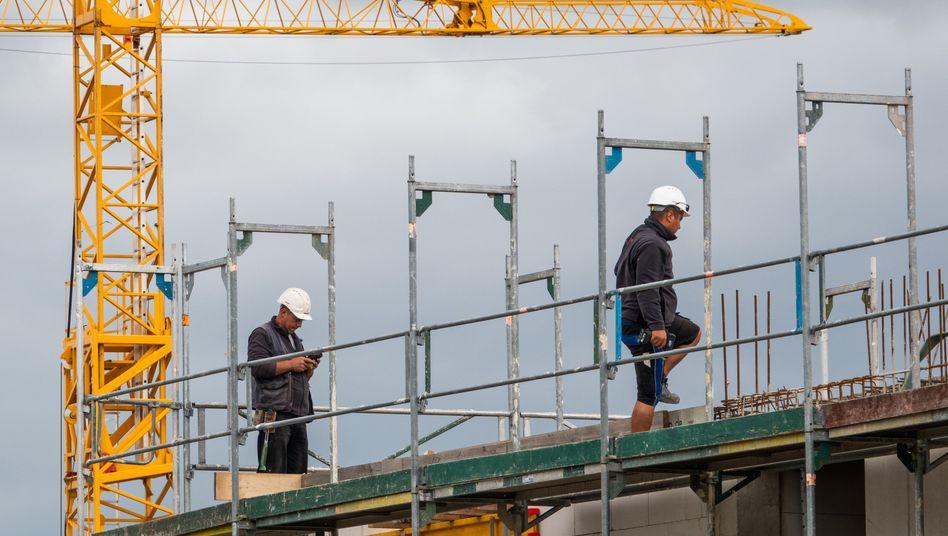 Bauarbeiter auf einer Baustelle in Hannover: Streit um teils lange Anfahrtswege mit den Arbeitgebern