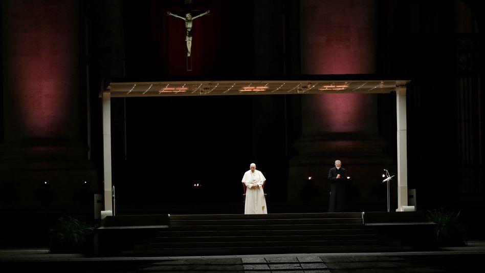 Papst Franziskus auf dem fast leeren Petersplatz