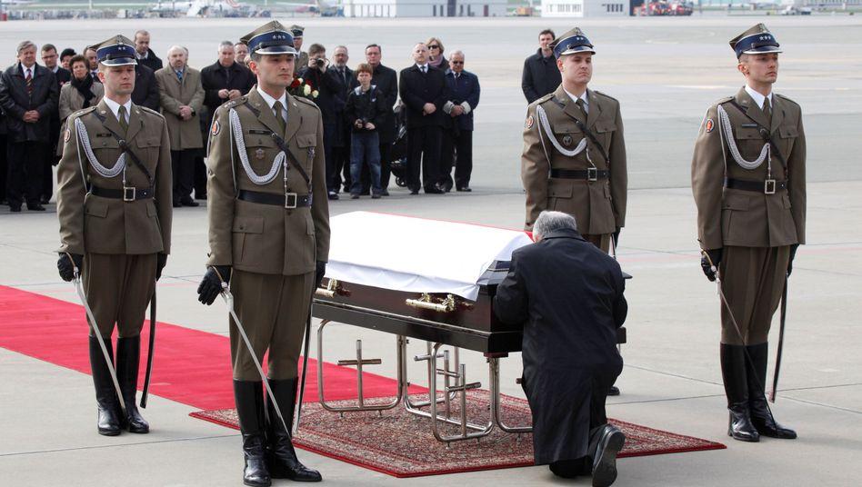 Jaroslaw Kaczynski am Sarg seines Zwillingsbruders Lech Kaczynski