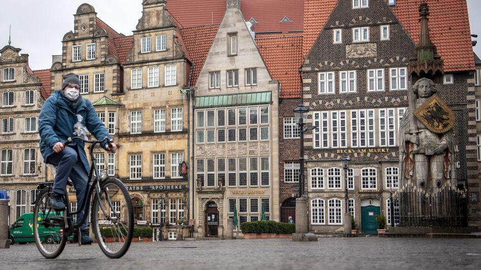 Fahrradfahrer mit Mundschutz in Bremen: Großer Hype ums Homeoffice - doch weniger als ein Viertel arbeitet so