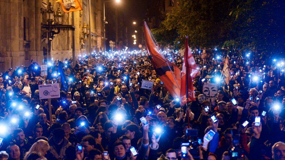 Protest in Ungarn: Mobiltelefone gegen Internetsteuer