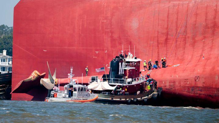 Rettungskräfte am Heck des Schiffs: Vier Menschen mussten aus dem Maschinenraum evakuiert werden