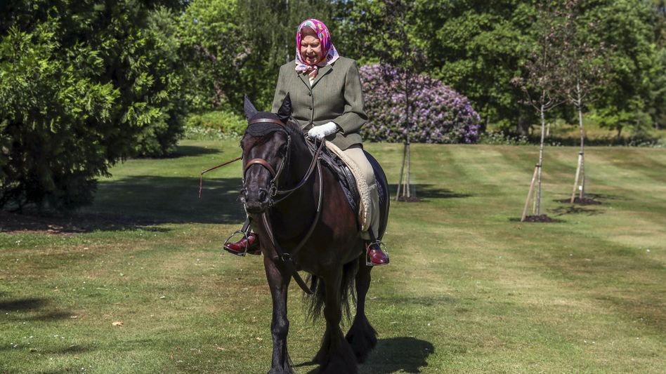 Die Queen reitet in einem Park von Schloss Windsor