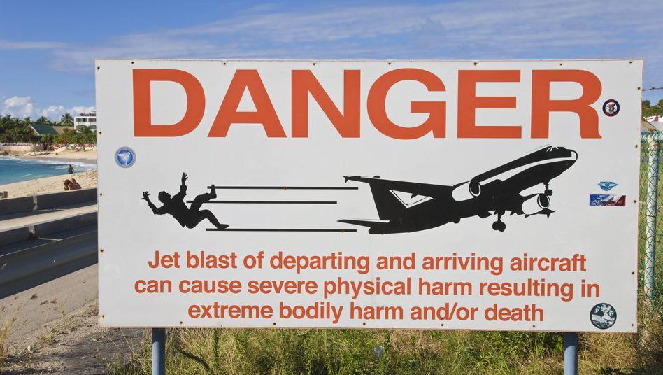 Warnschild am Flughafen