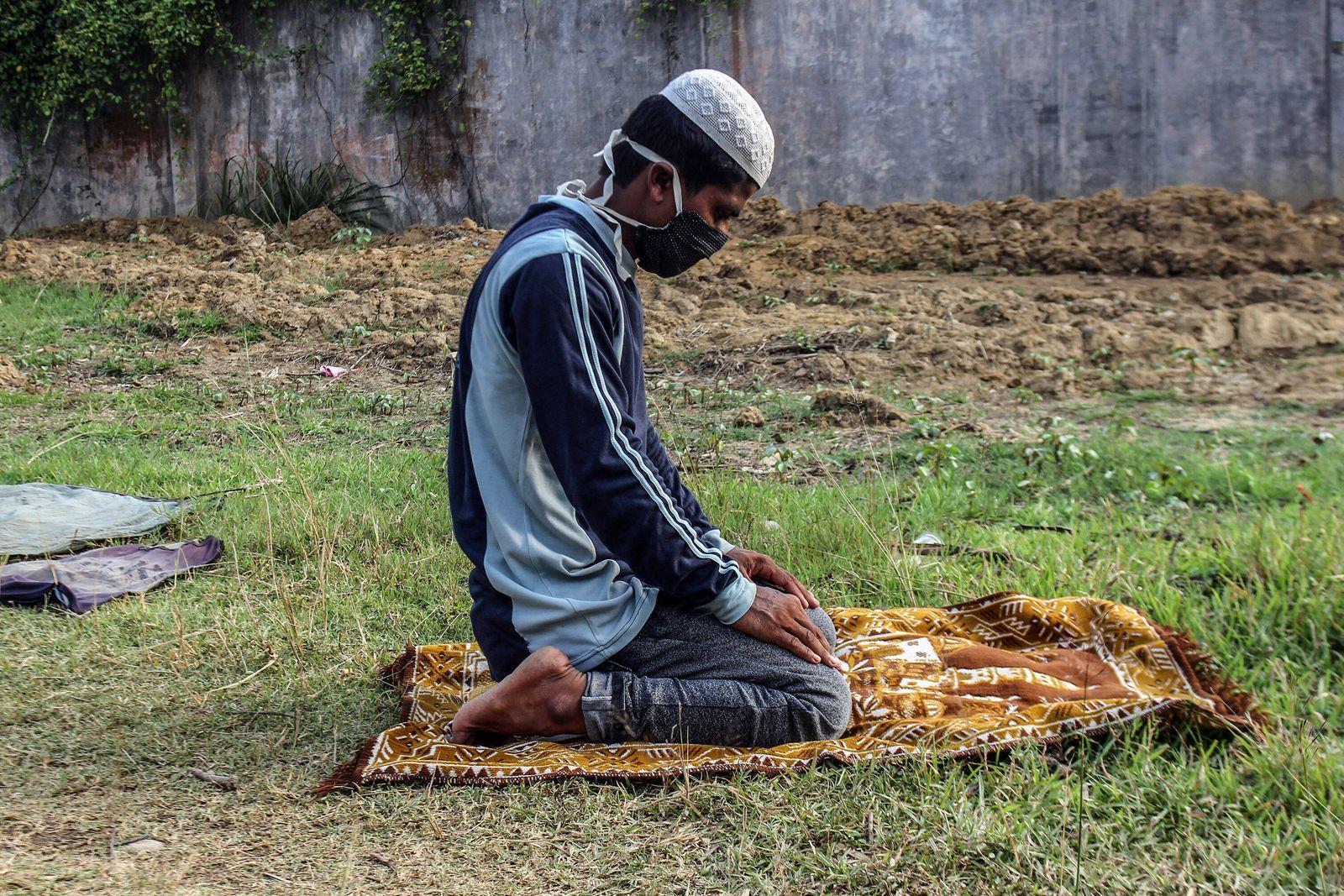 September 7, 2020, Lhokseumawe, Indonesia: A Rohingya Muslim man wearing a facemask performs prayers after being evacuat