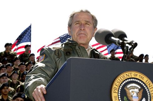US-Präsident Bush in Siegerpose (2004): Selektive Wahrnehmung?