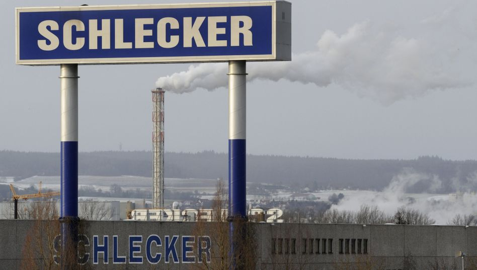 Schlecker-Firmenschild auf Gelände der Zentrale in Ehingen: Insolvenz - was nun?