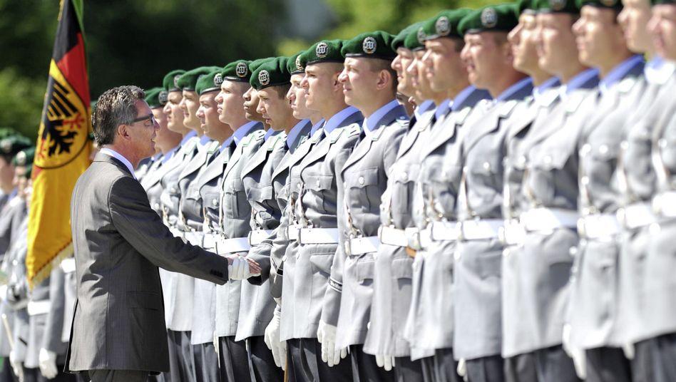 """Verteidigungsminister Thomas de Maizière mit Soldaten: """"Anderer Stil als Guttenberg"""""""