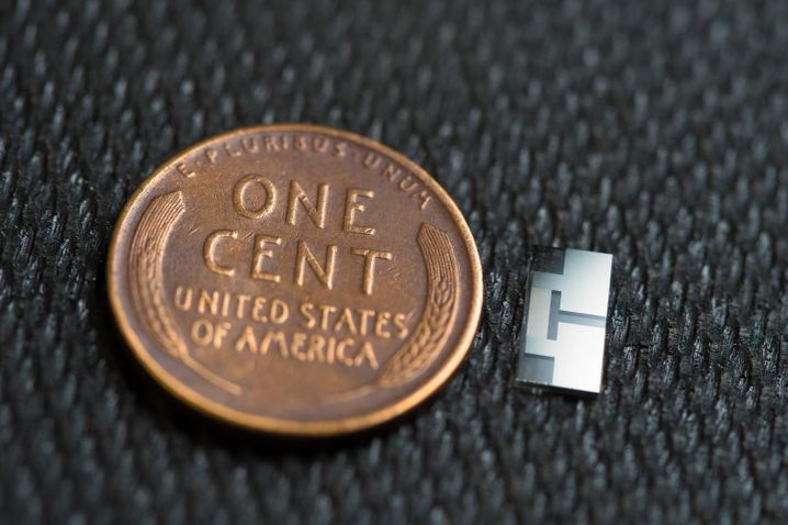 Ultraschallgerät neben einer amerikanischen Ein-Cent-Münze: Die größte Herausforderung war das kleine Design