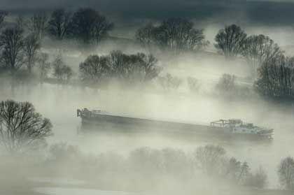 Frachtschiff auf der Donau: Bei Nacht und Nebel unterwegs