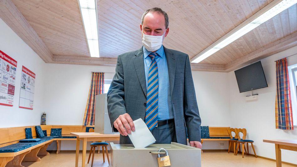 Hubert Aiwanger bei der Stimmabgabe