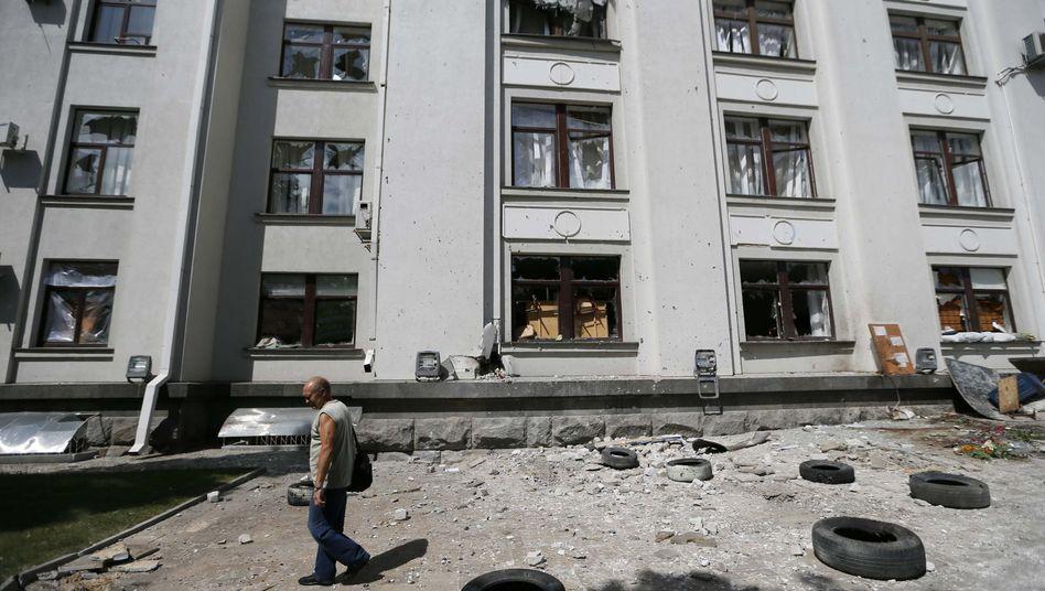 Zerstörtes Verwaltungsgebäude in Luhansk: Offenbar neue Gefechte zwischen Regierung und Separatisten