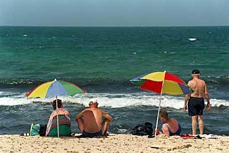 Touristen am Strand von Mallorca: Ich bin der bunte Sonnenschirm