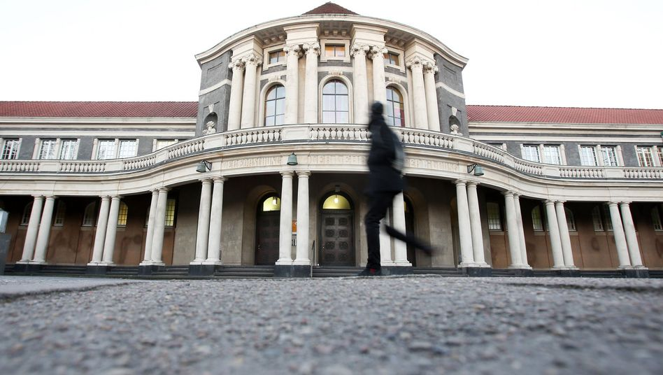 Hauptgebäude der Uni Hamburg: Für 100 Berufsschullehrer geht's nicht weiter