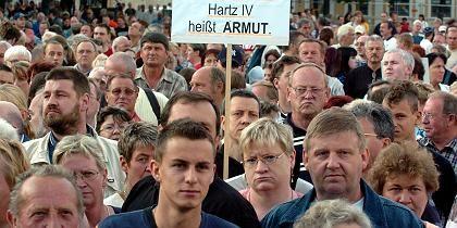 Demonstranten gegen Sozialabbau (Hartz-IV-Protest in Magdeburg 2004): Nicht einmal Benimm weiß der Pöbel zu wahren