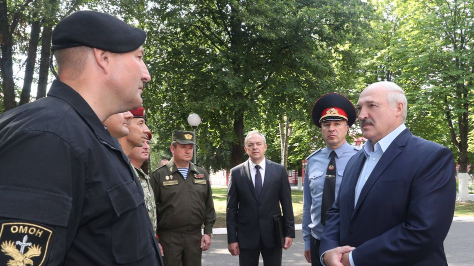 Weißrusslands Machthaber Alexander Lukaschenko (r.) mit Andrej Rawkow vom nationalen Sicherheitsrat