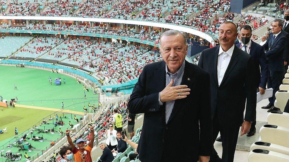 Präsident Erdoğan bei EM-Spiel der Nationalmannschaft am Mittwoch mit Aserbaidschans Diktator Alijev.: Neid gegenüber dem Westen