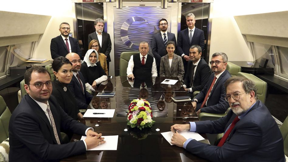 """Recep Tayyip Erdogan (Mitte/in Regierungsflugzeug): """"Über Sanktionen müssen wir uns keine Sorgen machen"""""""
