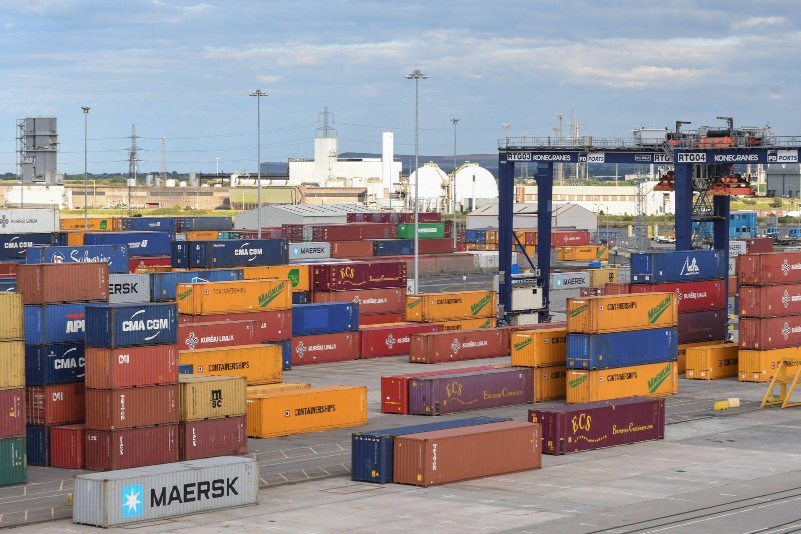 Teesport, Containerhafen. Gestapelte Container, bereit zur Verschiffung, im Containerhafen in Teesport,(Grossbritannien