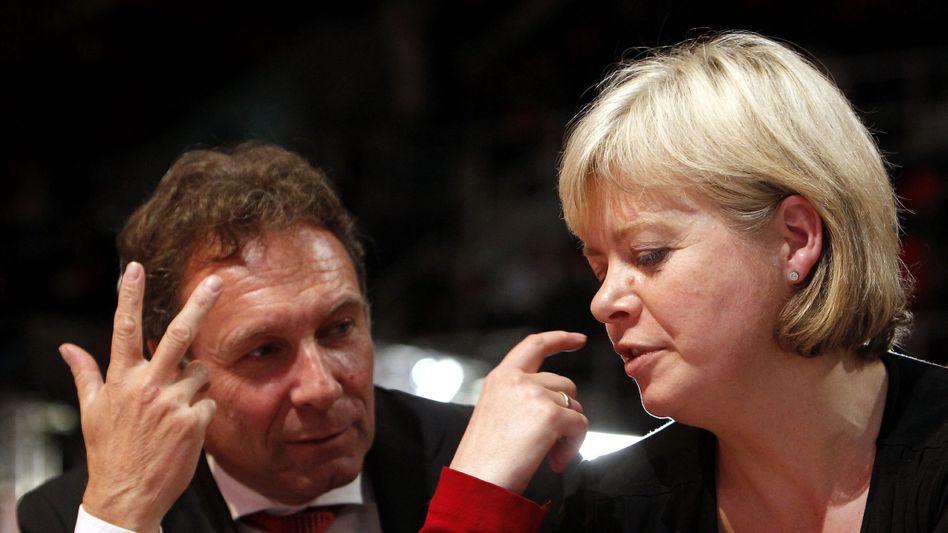 Linken-Parteivorsitzende Gesine Lötzsch und Klaus Ernst: Große Chance verstreichen lassen