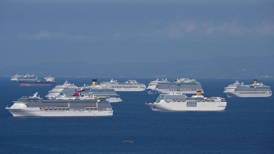 Ankernde Kreuzfahrtschiffe in der Manila Bay im Mai