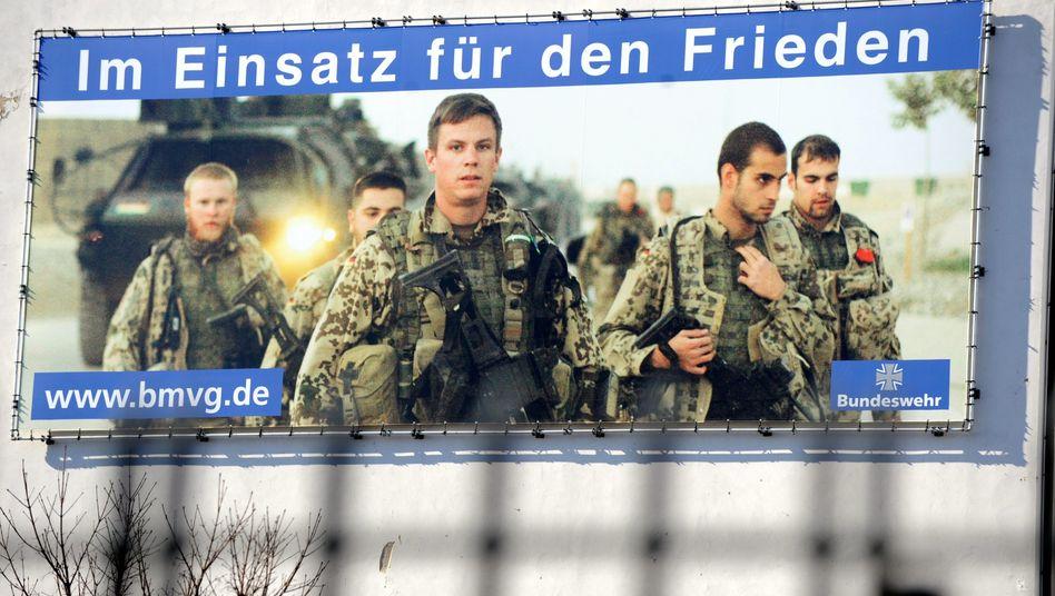 Werbeplakat der Bundeswehr an der Wand des Verteidigungsministeriums in Berlin